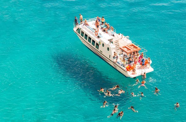 summer-cruise-boat-and-tourists-swimming-in-the-se-UL3AUTA